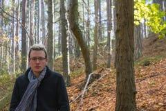 Jeune homme en Autumn Landscape Image libre de droits