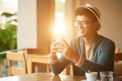 Jeune homme en café ensoleillé photographie stock libre de droits