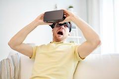 Jeune homme en casque de réalité virtuelle ou verres 3d Photographie stock libre de droits