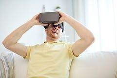 Jeune homme en casque de réalité virtuelle ou verres 3d Photo libre de droits