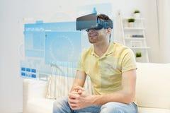 Jeune homme en casque de réalité virtuelle ou verres 3d Image stock