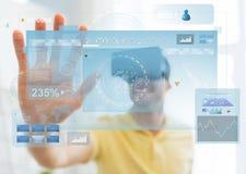 Jeune homme en casque de réalité virtuelle ou verres 3d Images stock