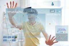 Jeune homme en casque de réalité virtuelle ou verres 3d Images libres de droits