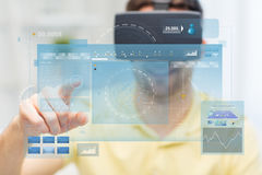 Jeune homme en casque de réalité virtuelle ou verres 3d Image libre de droits