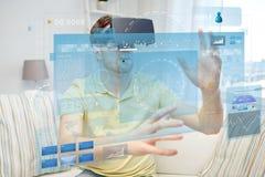 Jeune homme en casque de réalité virtuelle ou verres 3d Photo stock