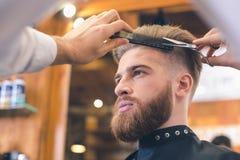 Jeune homme en concept de Barber Shop Hair Care Service Photos libres de droits