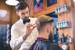 Jeune homme en concept de Barber Shop Hair Care Service Photographie stock libre de droits