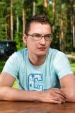 Jeune homme en en verre verticale à l'extérieur photos stock