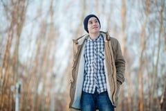 Jeune homme en hiver Photographie stock libre de droits