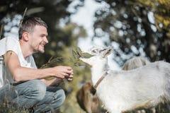 Jeune homme en nature avec une chèvre Photos stock