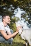 Jeune homme en nature avec une chèvre Photographie stock
