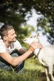 Jeune homme en nature avec une chèvre Image stock
