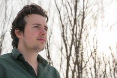 Jeune homme en portrait extérieur d'hiver images stock