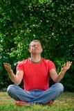 Jeune homme en position de lotus Photo stock