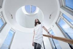 Jeune homme en son appartement Image libre de droits