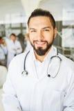 Jeune homme en tant que docteur compétent Image libre de droits