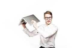 Jeune homme en verres avec l'ordinateur portable avec émotion Images stock