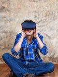 Jeune homme en verres de VR Image stock