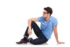 Jeune homme enfoncé regardant à un côté photographie stock
