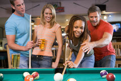 Jeune homme enseignant un jeune femme à jouer le regroupement Images stock