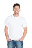 Jeune homme enthousiaste avec des poings de serrage Photographie stock libre de droits