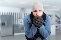 Jeune homme essayant de chauffer ses mains photographie stock libre de droits
