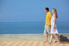 Jeune homme et belle femme sur le quai Image stock