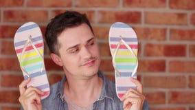Jeune homme et chaussures de bascules électroniques banque de vidéos