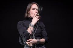 Jeune homme et dispositifs d'accrochage de tabagisme photo libre de droits
