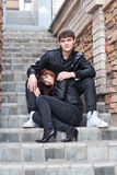 Jeune homme et femme à l'extérieur Images stock
