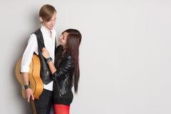 Jeune homme et femme amoureux Image stock