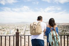Jeune homme et femme appréciant la vue de ville Photos stock