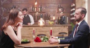 Jeune homme et femme attirants à un dîner banque de vidéos