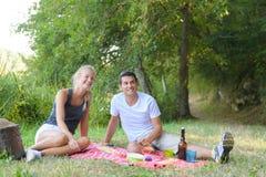Jeune homme et femme au pique-nique Images stock