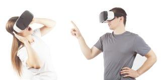 Jeune homme et femme avec des lunettes de réalité virtuelle Photographie stock libre de droits