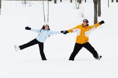 Jeune homme et femme avec des surfs des neiges de treir Photographie stock libre de droits