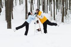 Jeune homme et femme avec des surfs des neiges de treir Image libre de droits