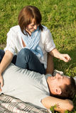 Jeune homme et femme ayant l'amusement au pique-nique d'été Image stock