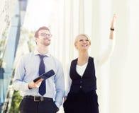 Jeune homme et femme ayant une réunion extérieure Images stock