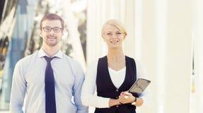 Jeune homme et femme ayant une réunion extérieure Images libres de droits