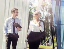 Jeune homme et femme ayant une réunion extérieure Photographie stock