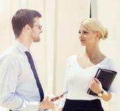 Jeune homme et femme ayant une réunion extérieure Photo libre de droits