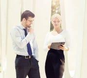 Jeune homme et femme ayant une réunion extérieure Photo stock