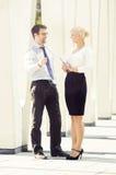Jeune homme et femme ayant une réunion extérieure Photographie stock libre de droits