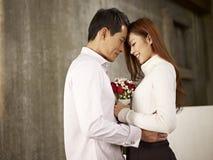 Jeune homme et femme dans l'amour Photos libres de droits