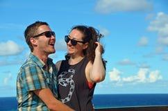 Jeune homme et femme dans l'amour ayant l'amusement en vacances Image stock