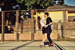 Jeune homme et femme dans l'amour extérieur Images stock