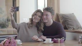 Jeune homme et femme dans un restaurant le jour du ` s de Valentine Couples heureux banque de vidéos