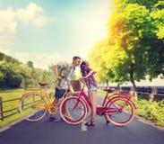 Jeune homme et femme, date romantique sur des bicyclettes Photo libre de droits