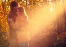 Jeune homme et femme de couples étreignant dans extérieur romantique d'amour Images stock